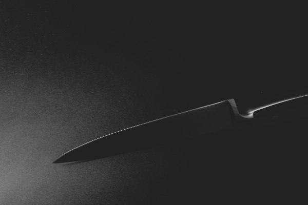 Herido con un cuchillo el recepcionista de una pensión de Alicante en un intento de robo
